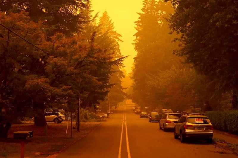 美國奧勒岡州大火蔓延,城市籠罩在煙霧裡。(AP)