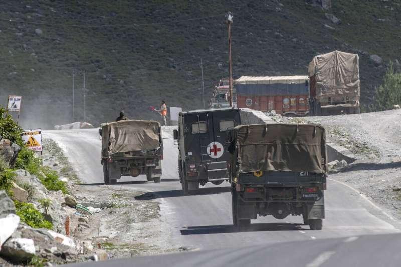 2020年9月9日,印度軍車正在通往拉達卡的高速公路上奔馳。今年5月以来,中印兩國防長在拉達卡地區衝突不斷,兩國防長5日在莫斯科見面,這也是雙方在發生對峙與傷亡後的首次高層會晤。(美聯社)