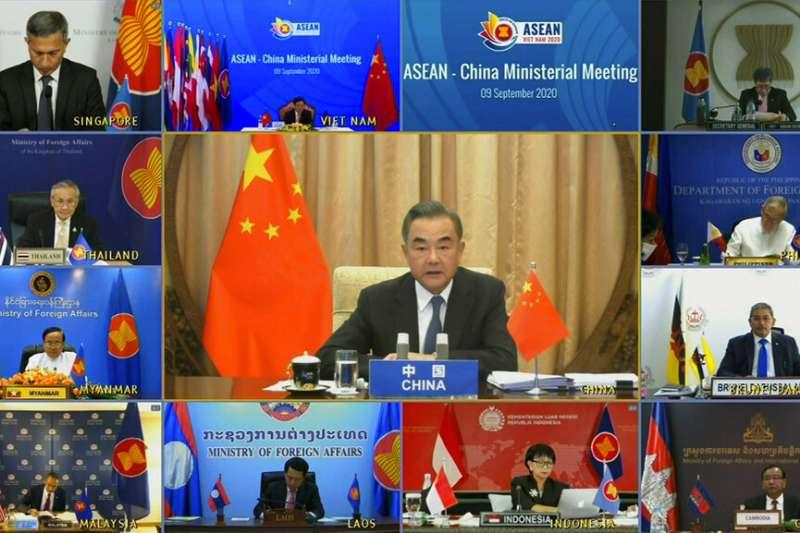中國外交部長王毅在東協視訊會議上發表談話。(美聯社)
