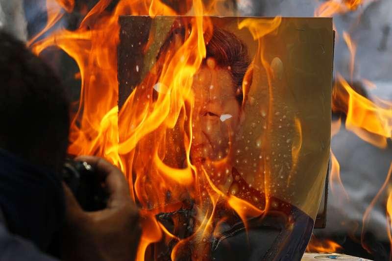 中印邊境發生衝突後,印度發起數波反華抵制浪潮,中國國家主席習近平的照片也經常在抗議活動中遭到焚燒洩憤。(美聯社)