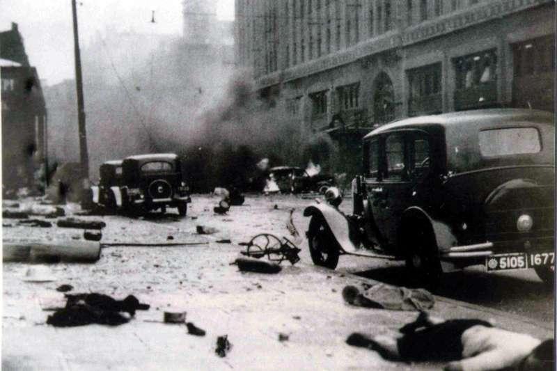 淞滬會戰-1937年8月14日,中國空軍飛機意外墜彈於公共租界與法租界交接處的大世界,造成上海平民三千人死傷。(取自維基百科)