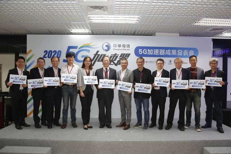 中華電信謝繼茂董事長(左六)表示,中華電信擁有最大的5G頻寬,是台灣最好的創新平台。搭配中華電信的資安、雲端等服務,能夠滿足各行各業的數位轉型需求,加速 5G 創新應用智慧升級。(中華電信提供)