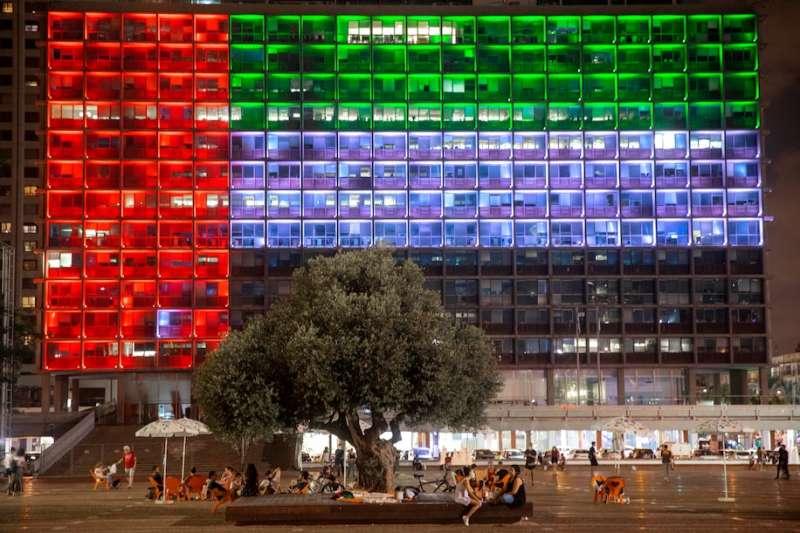 8月13日,阿拉伯聯合大公國國旗影像投影於以色列特拉維夫市政廳外牆(美聯社)