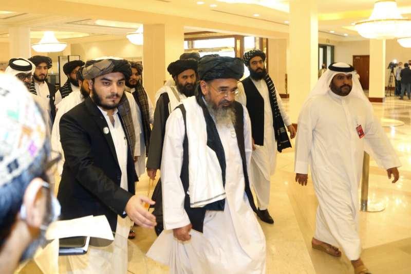 阿富汗政府與極端組織「神學士」(Taliban)12日在中東國家卡達首度展開歷史性談判。圖為神學士代表團。(資料照,AP)