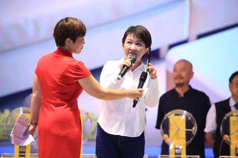 台中市長盧秀燕抽出今年台中購物節豪宅得主,現場用電話跟豪宅得主南屯林小姐取得聯繫。(圖/台中市政府)