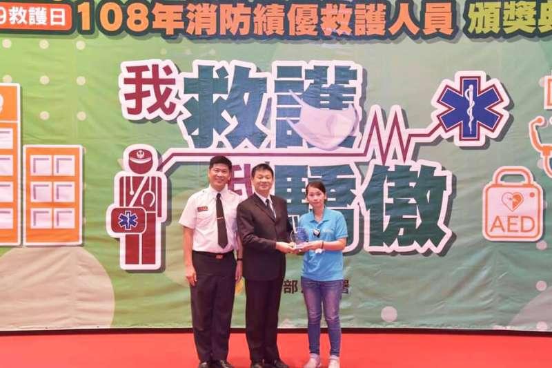 內政部消防署長陳文龍(中)頒發「特殊績優獎」,由東元醫院急診科督導李培瑄(右)代表領獎。(圖/東元綜合醫院提供)