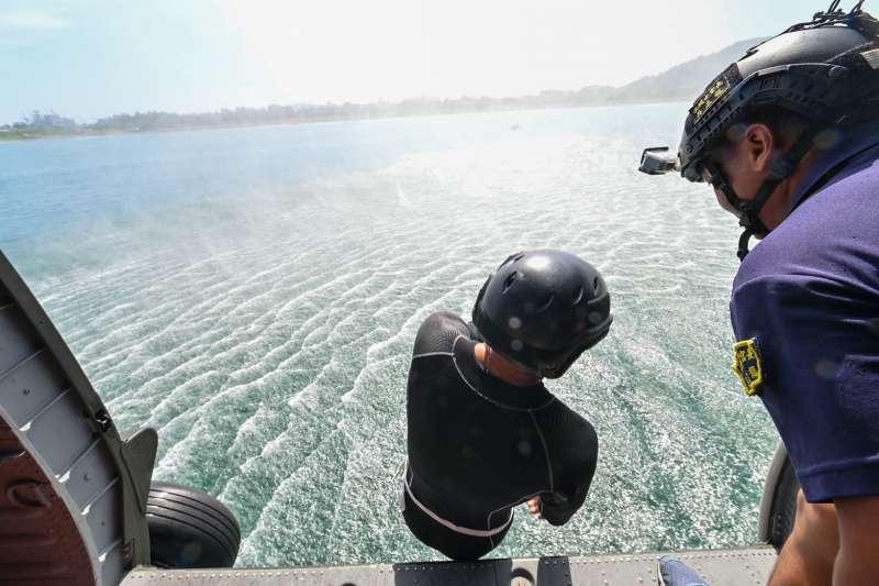 海軍192艦隊水下作業大隊、艦艇水械小組及陸戰隊兩棲偵搜大隊,日前共同執行「直升機人員及膠舟快速佈放」專精訓練。(取自海軍司令部臉書)