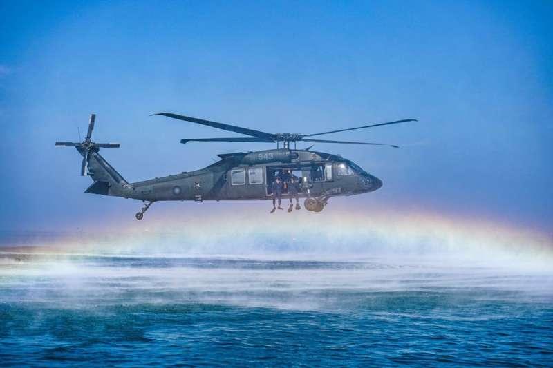 20200915-海軍192艦隊水下作業大隊、艦艇水械小組及陸戰隊兩棲偵搜大隊,日前共同執行「直升機人員及膠舟快速佈放」專精訓練。(取自海軍司令部臉書)