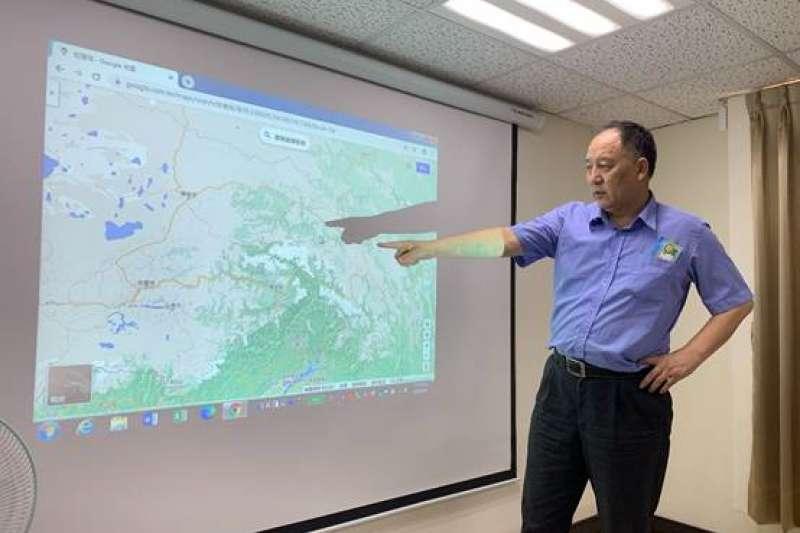 達瓦才仁董事長解說中印邊界衝突的地理位置。(蘇嘉宏提供)