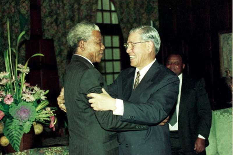20200915-1994年5月11日,已故前總統李登輝親訪南非新總統曼德拉。(取自總統府)