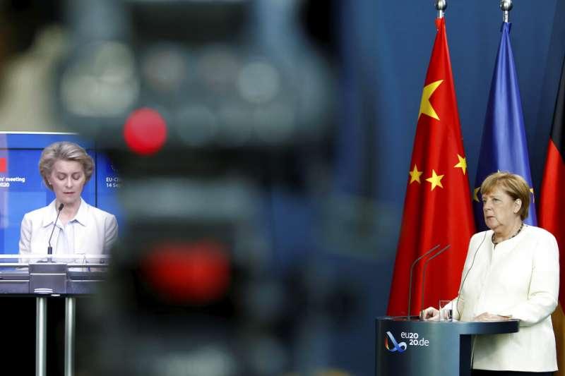 歐盟輪值主席國德國總理梅克爾(右)、歐盟執委會主席馮德賴恩(左)、歐洲理事會主席米歇爾14日與中國國家主席習近平舉行視訊峰會。(美聯社)