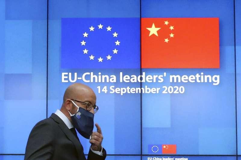 歐盟輪值主席國德國總理梅克爾、歐盟執委會主席馮德賴恩、歐洲理事會主席米歇爾(圖)14日與中國國家主席習近平舉行視訊峰會。(美聯社)