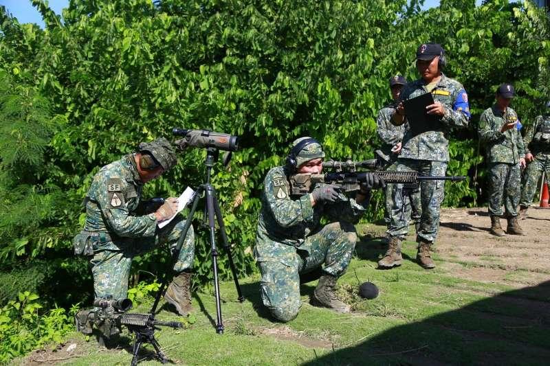 航特部特戰營狙擊組以R.E.P.R.20狙擊槍進行瞄準。(取自陸軍司令部)
