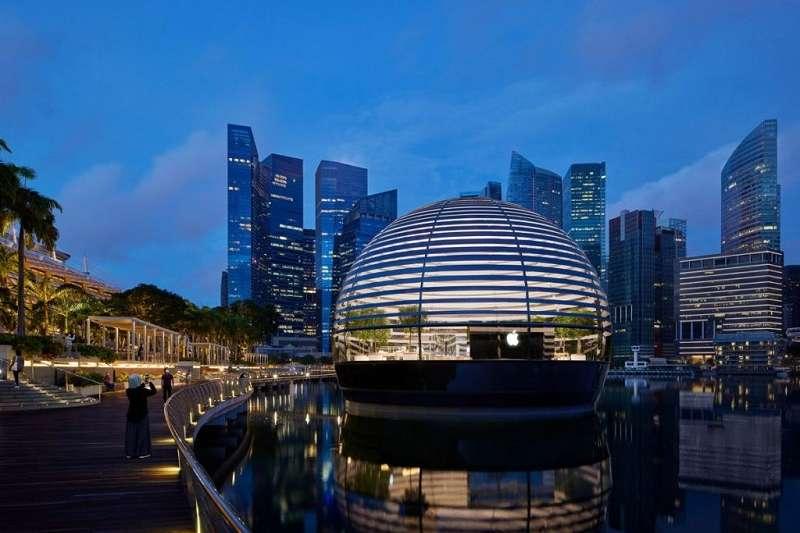 Apple Marina Bay Sands坐落於濱海灣上,在以擁有無邊際高空泳池聞名的金沙酒店旁。(圖/瘋設計)