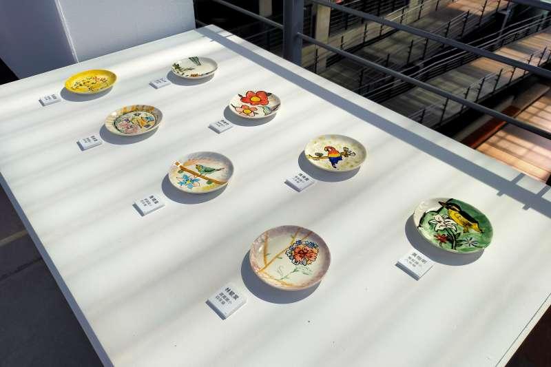 本次展覽以「花園」為主題,孩子們用不同釉色、題材,來展現自己心目中夢想花園的樣貌,總計展出104件作品。(圖/鶯歌陶瓷博物館提供)