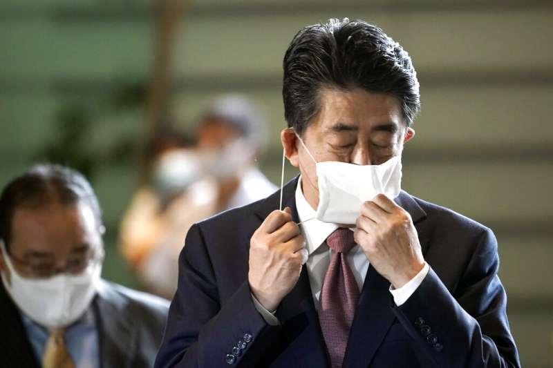 安倍晉三企圖以「三支箭」提升通膨挽救日本經濟,但卻造成嚴重的通縮。(資料照,美聯社)