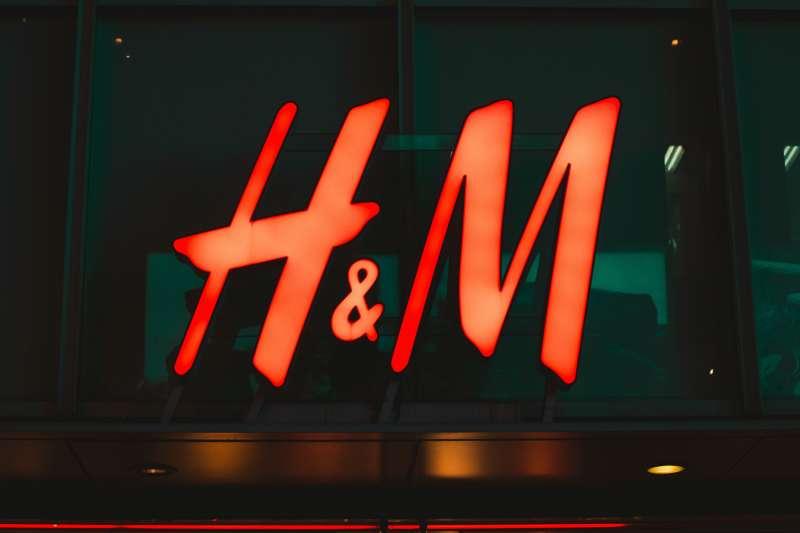 瑞典快時尚巨頭H&M宣布與中國紗線廠中止合作,直到該廠涉及強迫維吾爾族人勞動的事件查明真相。(Sei Kakinoki@Unsplash)