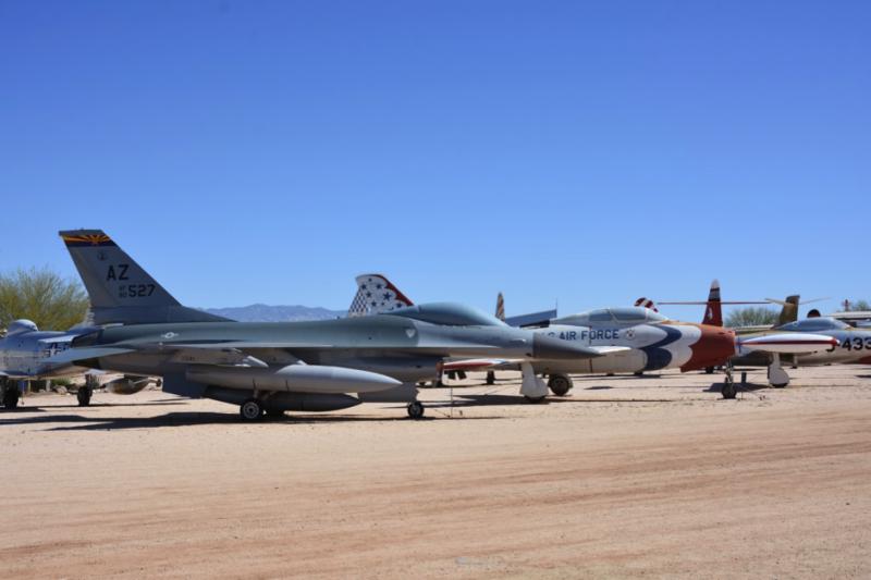 想瞭解70年來的美國空軍發展史,到皮馬航太館準沒有錯,照片中可以見到亞利桑那州空中國民兵162戰鬥機聯隊塗裝的F-16A,還有雷鳥飛行表演隊的F-84F表演機。(許劍虹提供)