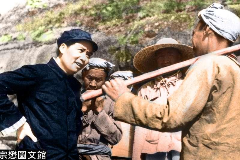 1939年5月,毛澤東和楊家嶺農民親切交談。楊家嶺原本是一個位於延安城西北2公里處的小山村,1938年11月20日,日本軍機轟炸延安後,中共中央各機關陸續遷到這裡。(圖/徐宗懋圖文館)