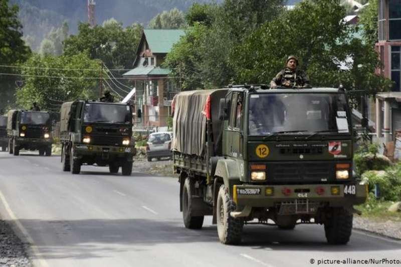 中印邊境實際控制線面臨45年來最緊張局勢,兩國都加強軍事部署。圖為印度軍車(德國之聲)