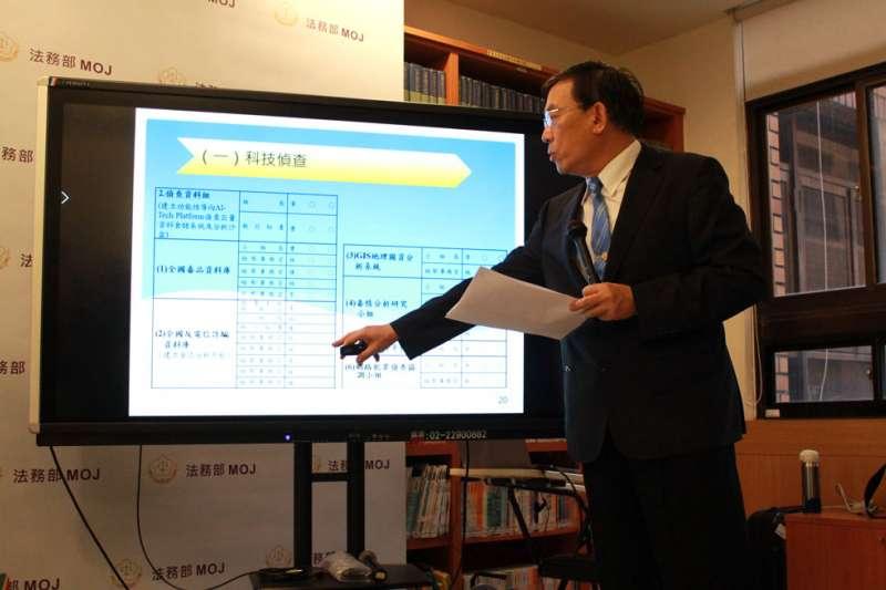 邢泰釗嚴格把關監控中心工程品質,日前也親自向媒體說明進度。(侯柏青攝)