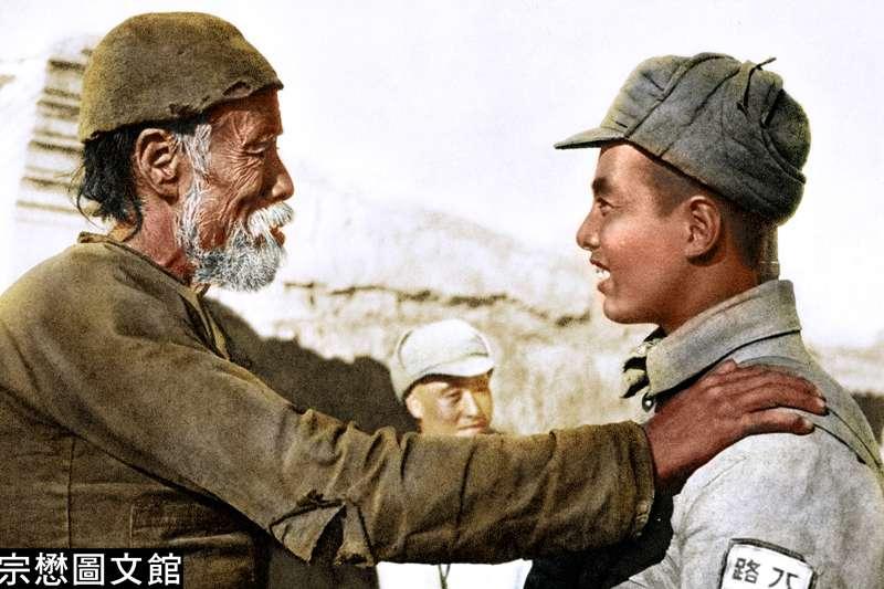 一名年輕人參加中共軍隊,離開前有一名老大爺對他加以鼓勵,希望他能得勝歸來。中共軍隊多半是農民所組成。(圖/徐宗懋圖文館)