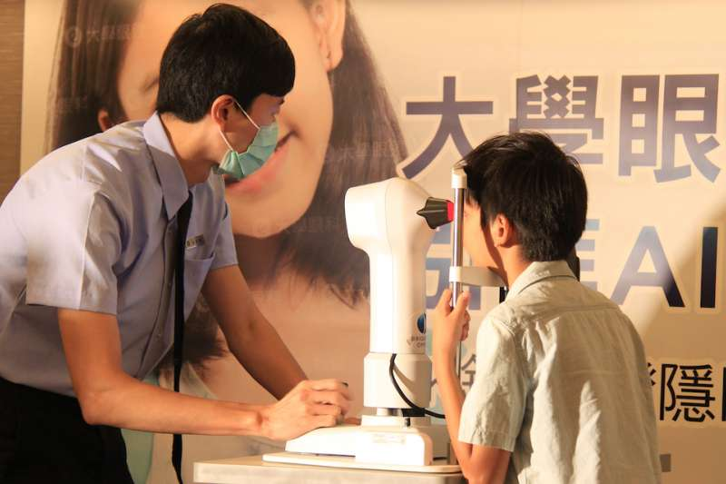 醫師(驗光師)幫王小弟檢查角膜數據。(圖/大學眼科提供)