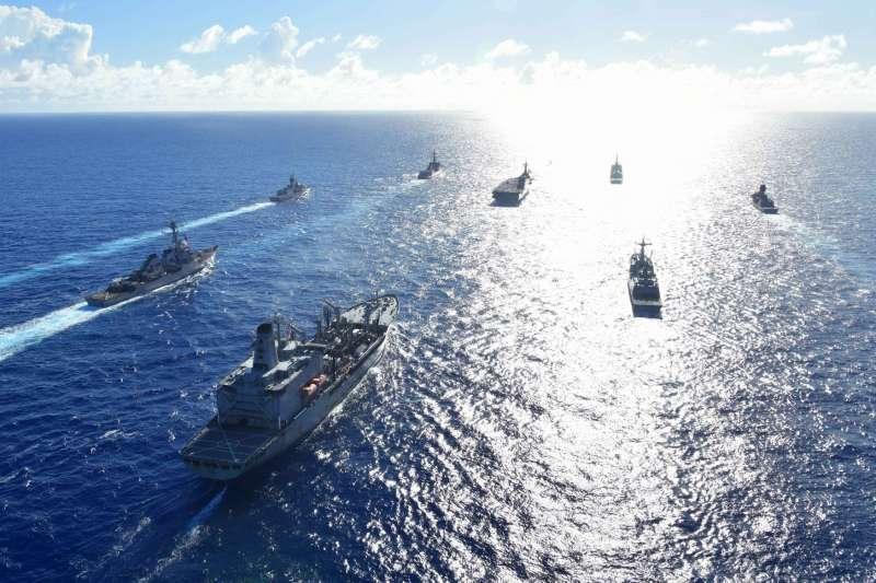 日本海上自衛隊的護衛艦隊演練。(海上自衛隊官方臉書)