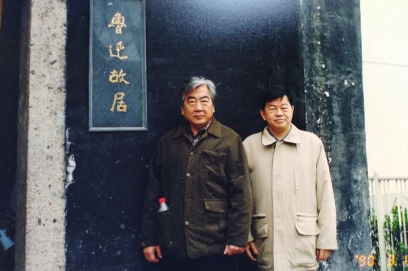 曾健民醫師(右)與陳映真在魯迅故居合影。(曾健民醫師追思紀念會籌備組提供)