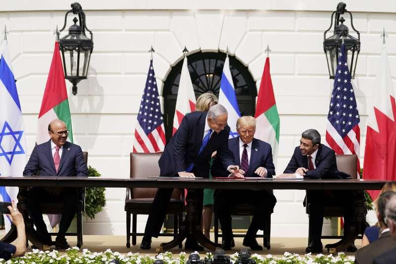 由左而右為巴林外長、以色列總理納坦雅胡、美國總統川普、阿聯外長(AP)