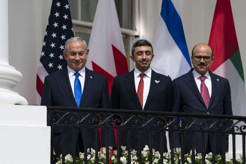 由左而右為以色列總理納坦雅胡、阿聯外長、巴林外長(AP)