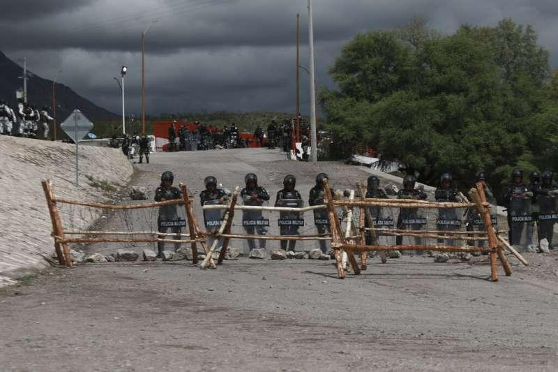 墨西哥數千農民奪走邊境大壩控制權,拒絕輸水給美國。(AP)