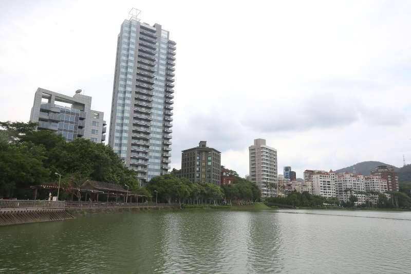 內湖區碧湖畔水岸豪宅擁景觀優勢,今年交易表現不俗。(柯承惠攝)