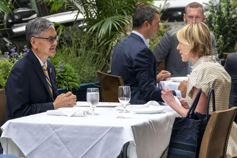 2020年9月,我國駐紐約辦事處處長李光章(左)與美國駐聯合國大使克拉夫特共進午餐。(AP)