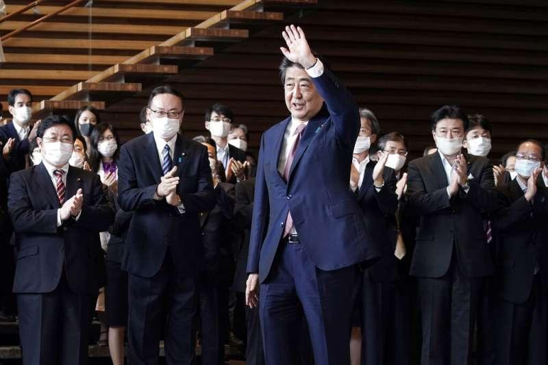 卸任日本首相的安倍晉三向同仁告別。(美聯社)