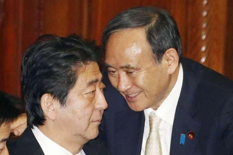 2016年,時任日本首相與內閣官房長官的安倍晉三與菅義偉。(美聯社)