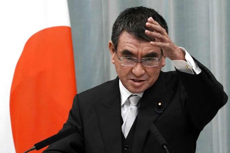 日本行政改革擔當大臣河野太郎批評採「接力」形式進行的閣僚記者會。(美聯社)