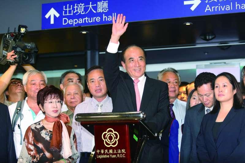 王金平(中)回國在機場回應馬英九的攻擊。(柯承惠攝)