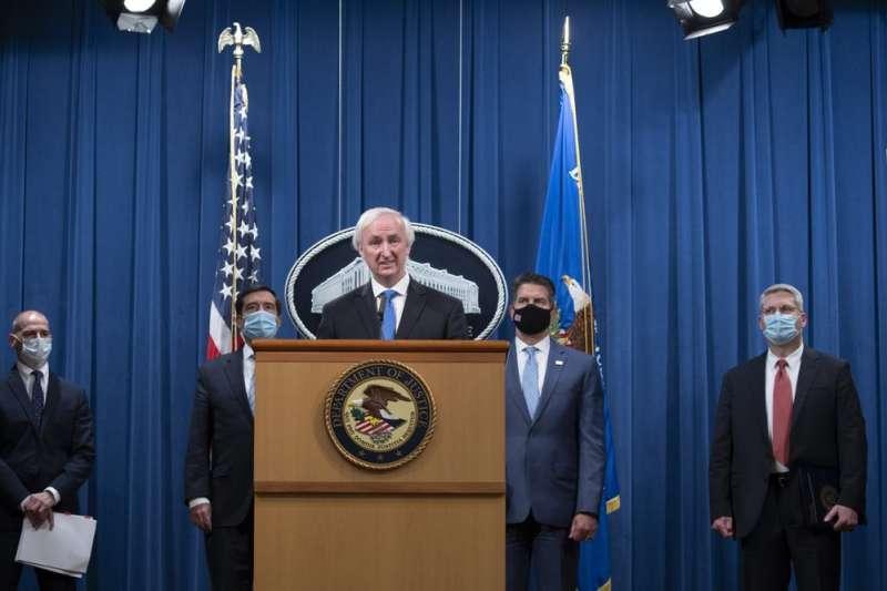 美國司法部16日公布起訴5名中國駭客,並指控他們攻擊了美國、台灣等地100多家公司和機構。圖為司法部次長羅森。(AP)
