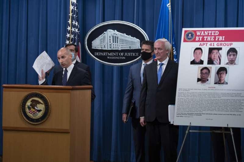美國司法部16日公布起訴5名中國駭客,並指控他們攻擊了美國、台灣等地100多家公司和機構。哥倫比亞特區聯邦檢察官薛文向記者公布起訴書。(AP)