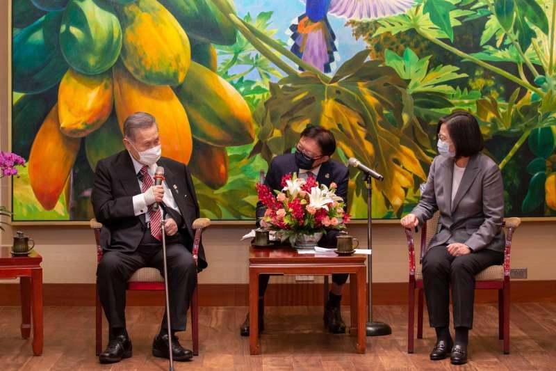 日本前首相森喜朗(左)訪台,總統蔡英文(右)於總統府內接見。(取自蔡英文臉書)