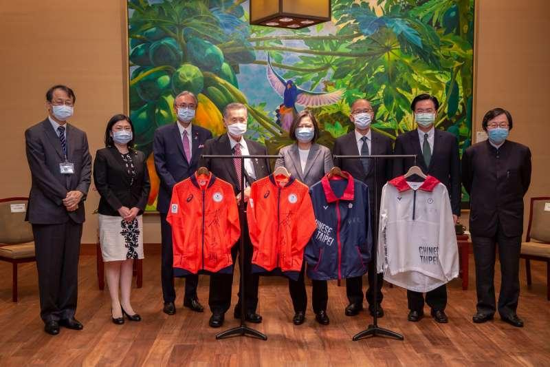 20200918-日本前首相森喜朗18日訪台,總統蔡英文於總統府內接見。(取自蔡英文臉書)