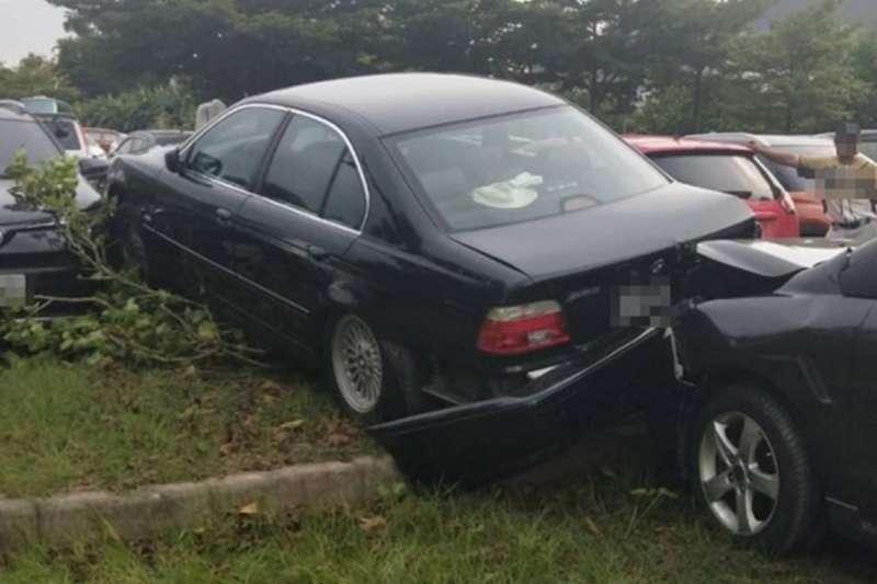 BMW後方的保險桿還被後面追撞的車整個撞掉。(圖/翻攝自爆怨公社)(圖/好險網提供)