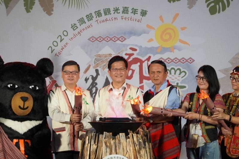 亮點儀式,左起觀光局長張錫聰、交通部長林佳龍、孔文吉立委國會辦公室主任楊萬金。(圖/交通部觀光局提供)