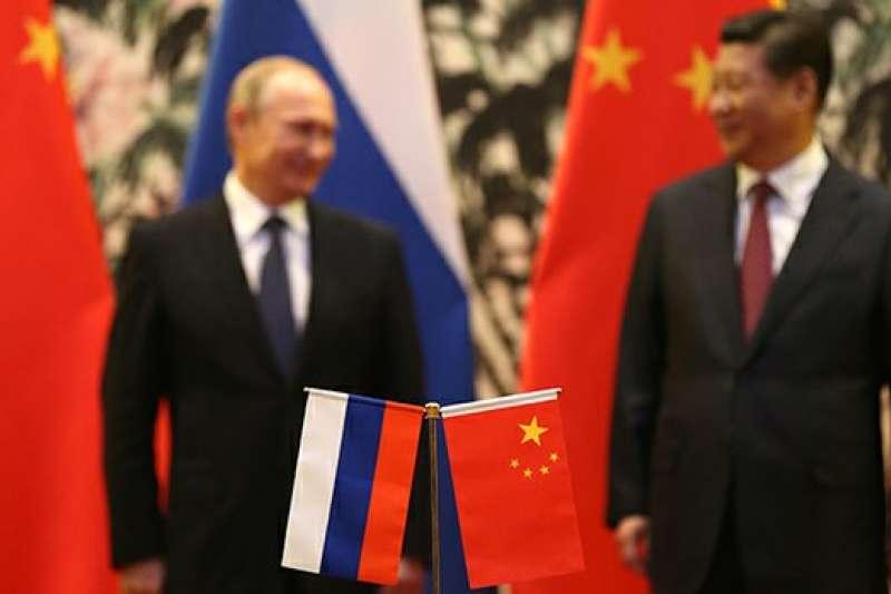俄中兩國領導人和國旗。(AP)