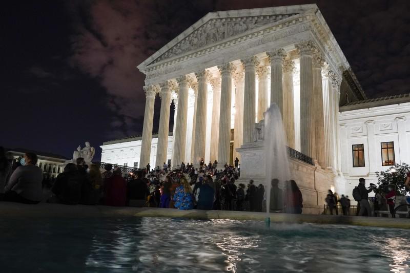 美國聯邦最高法院自由派大法官金斯堡18日癌逝,數百位民眾自發到最高法院前獻花哀悼。(AP)