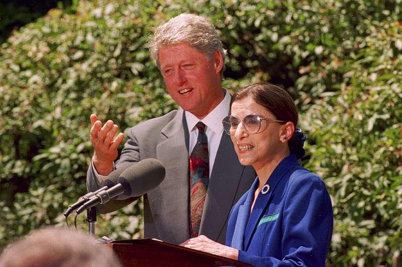 1993年的金斯堡與時任總統的柯林頓。(美聯社)