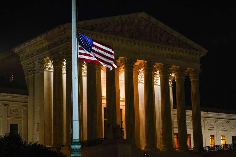 美國聯邦最高法院19日宣布,自由派大法官金斯堡因為胰臟癌過世、享壽87歲。最高法院也隨即降下半旗悼念。(美聯社)