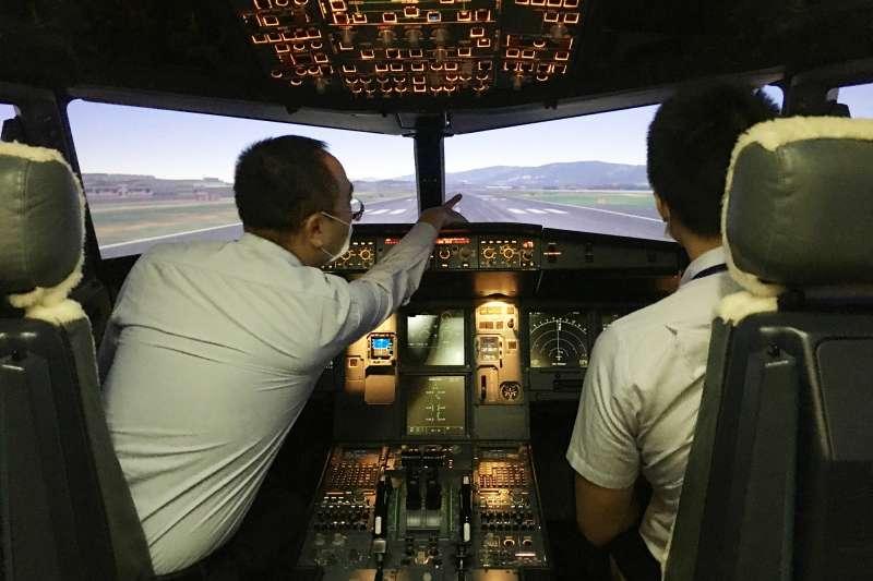 模擬機體驗營由台虎現役機師親自陪同帶飛(情境示範圖),讓民眾體驗操控駕駛飛行器起飛與降落等過程,一圓飛行夢!(台灣虎航提供)