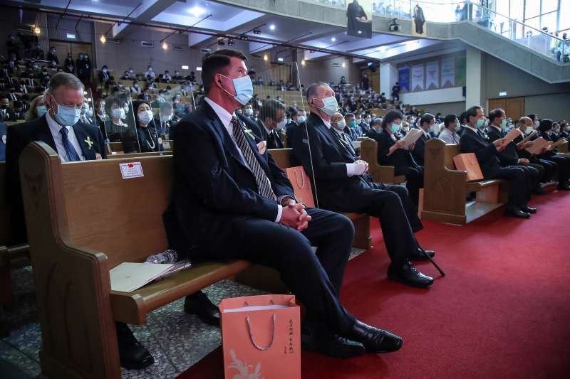 20200919-AIT美國在台協會處長酈英傑(左後)、美國國務次卿柯拉克(左二)、日本前首相森喜朗(右)19日出席李前總統登輝先生追思告別禮拜。(台北市攝影記者聯誼會提供)